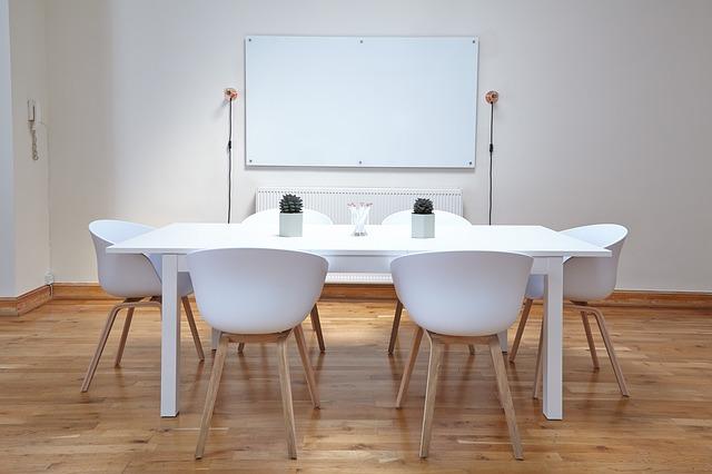 jídelní stůl a židle v bílém