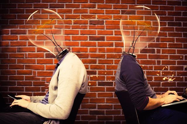 žárovky místo hlav