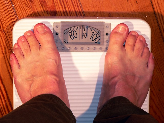 mužské nohy na váze