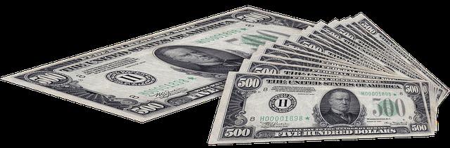 tisíce dolarů v bankovkách