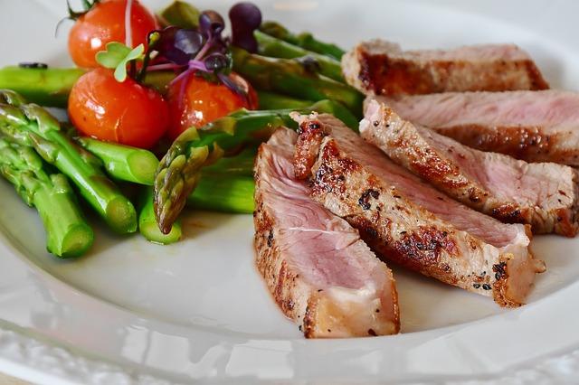 Nízkosacharidová strava, steak, zdravé jídlo.jpg