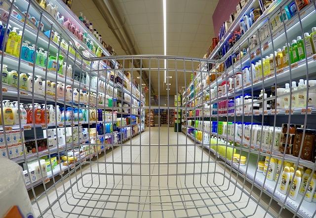 pohled z nákupního vozíku